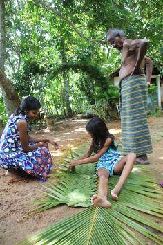 palmbladeren vlechten bij HomeStay Srilanka