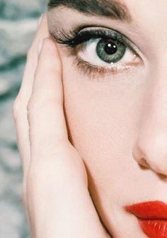 retrogirly:  Audrey Hepburn. I thought her eyes were brown but in this picture they are more green!