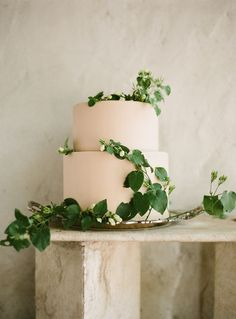 wedding cakes sencillo blush wedding cake with fresh ivy Blush Wedding Cakes, Wedding Cake Fresh Flowers, Cool Wedding Cakes, Beautiful Wedding Cakes, Wedding Cake Toppers, Bolo Cake, Wedding Cake Inspiration, Botanical Wedding, Simple Weddings