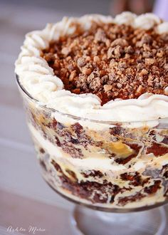 Chocolate Caramel Toffee Trifle - It is hard to go wrong with cake soaked in caramel, toffee and whipped cream. this trifle is a huge it with everyone Trifle Bowl Recipes, Cake Recipes, Dessert Recipes, Heath Bar Trifle Recipe, Triffle Recipe, Nutella Recipes, Chocolate Recipes, Trifle Cake, Trifle Pudding