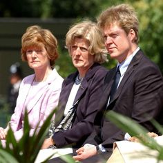 Earl Spencer, Lady Jane Fellowes, and Lady Sarah Macorquadale (Diana's brother & sisters) at the unveiling ceremony for the Princess Diana memorial fountain in London's Hyde Park, July Princess Diana Memorial, Princess Diana Family, Royal Princess, Prince And Princess, Princess Of Wales, Prince Harry, Princess Meghan, Lady Diana Spencer, Spencer Family