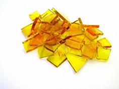 Blisters de vidro utilizadas para confecção de Mosaicos ,Bijuterias e/ou outras aplicações decorativas/ artesanais <br>Pacotes de 50 G com pastilhas de vidro em vários formatos. <br>VIDRO IMPORTADO TRANSPARENTE/ COM CORTE