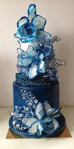 Blue and white floral wedding cake - so stunning! #wedding #weddingcake #blue #bluewedding #floral