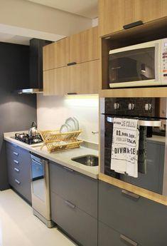 Cozinha com organização linear, em grafite e amadeirado claro.