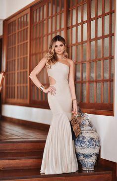 Look da Thassia Naves com vestido de tricot dourado esilo sereia e bolsa preta com detalhes em piton