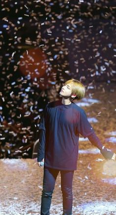 Kim taehyung at concert wings Jimin, Bts Bangtan Boy, Bts Boys, Foto Bts, Bts Wings Tour, V Taehyung, Bts Pictures, Daegu, Taekook