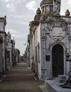 Recoleta Cemetery es un cementerio muy bello. Hay muchas estatuas para los muertos.