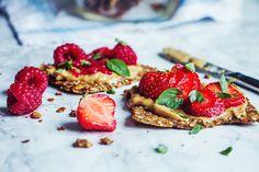 Världens godaste fröknäcke med jordnötssmör, hallon, jordgubbar och basilika