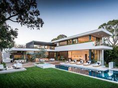 Diese anspruchsvolle Immobilie ermöglicht seinen Besitzern sprichwörtlich das Wohnen im Paradies: Modernes Design, elegantes Interieur und ein Resort ähnlicher Garten...