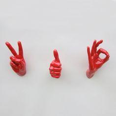 Mani di resina smalatata che sgorgano dalle pareti, mani punk, irriverenti e colorate!!!