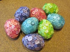 Buttoned up Easter Eggs. These would be super cute to make on blown out eggs and then display together in a bowl. Thanksgiving Crafts, Easter Crafts, Holiday Crafts, Easter Decor, Easter Ideas, Button Art, Button Crafts, Easter Tree, Easter Eggs