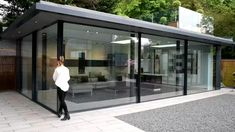 Garden room videos Check out the contemporary minimal windows system at the showroom in Amersham. The sliding door system offers slim framing of just The impressive floor to ceiling facade offers flush tracks for ease of access. Exterior Patio Doors, Sliding Patio Doors, Sliding Windows, Aluminium Sliding Doors, Pivot Doors, Large Windows, Backyard Patio Designs, Pergola Patio, Patio Ideas