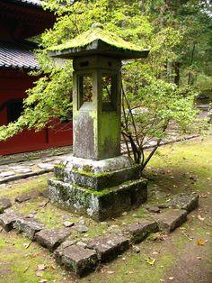 Japanese Garden Lanterns, Japanese Stone Lanterns, Japanese Rock Garden, Asian Garden, Japanese Garden Design, Japanese Landscape, Chinese Garden, Pagoda Garden, Zen Design