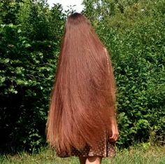 VIDEO - Tatyana in the garden - RealRapunzels Long Hair Play, Long Red Hair, Very Long Hair, Bun Hairstyles For Long Hair, Permed Hairstyles, Long Hair Drawing, Long Brunette Hair, Playing With Hair, Silky Hair