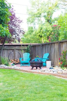 DIY Backyard Patio ideas to turn an unused corner of your yard into the perfect seating area. This easy DIY backyard patio is a perfect weekend project for your home! Check out the full tutorial to lay a simple brick patio and add backyard decor. Backyard Patio Designs, Small Backyard Landscaping, Diy Patio, Landscaping Design, Desert Backyard, Sloped Backyard, Cozy Backyard, Backyard Seating, Backyard Decorations