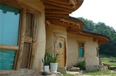 some more really nice pictures on the linked site Clay Houses, Stone Houses, Cob House Plans, Cordwood Homes, Earth Bag Homes, Rammed Earth Homes, Eco Buildings, Mud House, Natural Homes