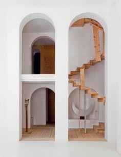 Een sculpturale constructie bij het spectaculaire huis van de Catalaanse beeldhouwer Xavier Corberó in de Barcelonese buitenwijk Esplugues de Llobregat. Meer mooie beelden in onderstaande In Residence video van Nowness. De fotos zijn van Jérôme Galland.