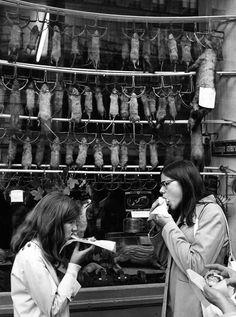 """""""Jeunes filles"""" (devant cette magnifique boutique de rat pendus...) by Robert Doisneau"""