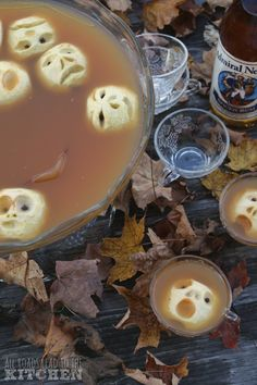 This is a really creepily cool Halloween party punch idea. Shrunken Heads in Cider recipe. The shrunken heads are so genius and easy! Holidays Halloween, Halloween Treats, Halloween Party, Halloween Foods, Halloween Stuff, Halloween Decorations, Healthy Halloween, Halloween 2017, Vintage Halloween