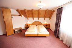 Extragrosse Bergseiten Zimmer ca. 25 - 27 m². Gemütliches extra grosses Doppelzimmer mit massiven Öko-Erlenholz-Möbel, bequeme Lattoflex-Betten.