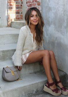 Street style look com saia listrada, blusa linho e sandália burgundy