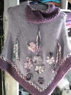 ponchos bordados a mano ile ilgili görsel sonucu Knitted Poncho, Knitted Shawls, Crochet Shawl, Knit Crochet, Knitting Designs, Knitting Patterns, Textile Fabrics, Cowl Scarf, Crochet Clothes