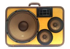 The Spicy Brown - Vintage suitcases turned into high fidelity boomboxes! Travel Crafts, Fun Travel, Guy Stuff, Cool Stuff, Her Packing List, Bourbon And Boots, Gadget World, Much Music, Vintage Suitcases