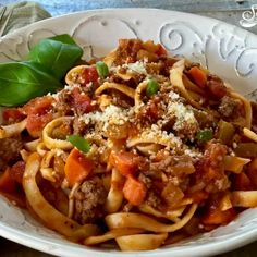 One Pot Fettuccine Bolognese is an easy recipe for a hearty tomato sauce that brimming with meat and vegetables and cooks with the pasta all in the same pot Sauce Recipes, Pasta Recipes, Beef Recipes, Cooking Recipes, Pasta Meals, Fresh Basil Recipes, Baked Spaghetti And Meatballs, Healthy Recipes