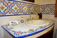 "bagno con ceramiche Sicilia... OOOH I HATE ""SPA LIKE"" BATHROOMS! THIS IS GORGEOUS!"