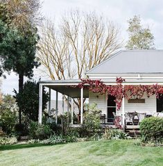 New farmhouse cottage exterior country 65 ideas Farmhouse Garden, Country Farmhouse, Farmhouse Decor, Country Chic Cottage, White Cottage, Cottage Style, Weatherboard House, Queenslander, Country Style Magazine