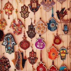 Hamsa ornaments at a bazaar. Ooooo fun DIY with clay for Christmas! Arabesque, Hand Der Fatima, Hamsa Art, Ideias Diy, Bohemian Decor, Bohemian Gypsy, Artsy Fartsy, Projects To Try, Shabby Chic Decorating