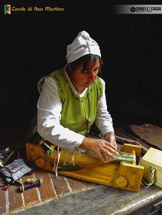 Foto & editing: Daniele Cauda. #reenactment #middleage #medieval #caroledisanmartino #XIVcentury #castle #street #woman #work #job #tailor #dressmaker #frame #weaving #handmade #tools