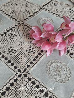 No photo description available. Filet Crochet, Crochet Motif, Crochet Shawl, Crochet Designs, Crochet Doilies, Crochet Lace, Tablecloth Fabric, Crochet Tablecloth, Tablecloths