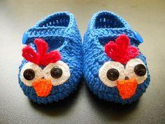 SAPATINHO GALINHA PINTADINHA: de crochê em linha 100% algodão.  Azul com decoração de Galinha Pintadinha.  Aplicação de botões no centro dos olhos.  Sucesso absoluto!    Acompanha embalagem em filó.  Tamanhos:  P - 8 cm - RN,  M - 9 cm - 0 a 3 meses,  G - 10 cm - 3 a 6 meses. R$ 35,00.