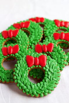 Easy Christmas Wreath Cookies - Sugar Cookies Decorated with Royal Icing by www. - Easy Christmas Wreath Cookies – Sugar Cookies Decorated with Royal Icing by www. Christmas Wreath Cookies, Christmas Sugar Cookie Recipe, Iced Cookies, Christmas Sweets, Sugar Cookies Recipe, Noel Christmas, Cookies Et Biscuits, Holiday Cookies, Cupcake Cookies