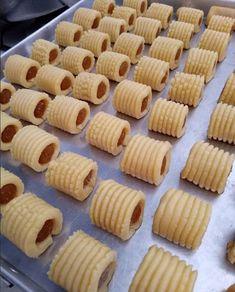 Resepkuekomplit.com merupakan situs kumpulan aneka resep kue yang disajikan secara lengkap, dilengkapi dengan panduan cara membuatnya step by step.