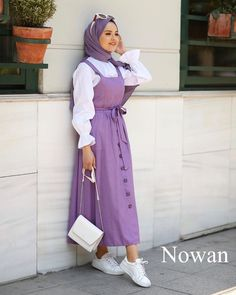 Image may contain: one or more people and people standing Modest Fashion Hijab, Modern Hijab Fashion, Hijab Fashion Inspiration, Muslim Fashion, Fashion Outfits, Hijab Outfit, Hijab Style Dress, Hijab Chic, Modest Dresses