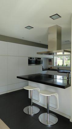 Moderne strakke keuken, wit, greeploos, graniet Zimbabwe black gezoet