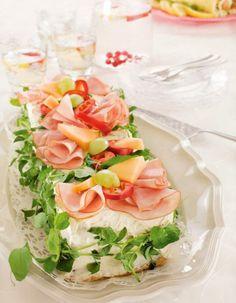 Kinkku-melonivoileipäkakku   K-ruoka Cake Sandwich, Sandwiches, Savoury Baking, Savoury Cake, Scandinavian Food, Good Food, Yummy Food, Salty Cake, Green Curry