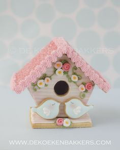Adorable variation on a gingerbread house! cookie bird house decorated with Royal icing Bird Cookies, Easter Cookies, Christmas Cookies, Cookie House, Royal Icing Decorations, Galletas Cookies, Cookies Et Biscuits, Gingerbread Cookies, Gingerbread Houses
