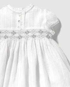 Vestido de bebé niña Dulces blanco con nido de abeja Baby Girl Dress Patterns, Baby Dress Design, Frock Design, Smocked Baby Clothes, Smocked Dresses, Smocking Baby, Cute Dresses, Girls Dresses, Baby Frocks Designs