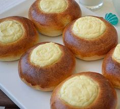 In der russischen Küche gehören Watruschki zu einer der beliebtesten und urältesten Gebäckart. Zum Hefeteig gehört eine Quarkfüllung, zu der auch z.B. Rosinen beigemischt werden können. Nach dem B...