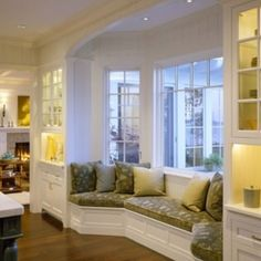 Love This Window Seat And Desk At The Windows Not Sure That There Is Anywhere To Do Though Home Pinterest Bedrooms S Desks