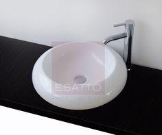 Econokit Donut.  Estupendo Econokit que te resolverá en un solo combo tu necesidad de lavabo, con un fino ovalín muy moderno que le dará a tu baño un toque de delicadeza y refinamiento.  Incluye:  - Ovalín de cerámica blanca A100 de 49 cms de diámetro y h13 cms. - Monomando 2002A en bronce, cromo y cristal. Altura total de 31 cms.  - Céspol de botella en cromo. - Contra de canasta o válvula pop-up en cromo.