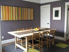 gostei do quadro, da parede cinza, da mesa de madeira, do tapete.