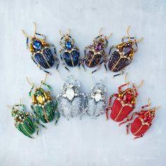 Пять сладких парочек😍 Их можно носить раздельно, но лучше вместе 😉 Какие вам больше нравятся? Мое сердце давно отдано синим, но других я тоже люблю. _ Эти жучки не свободны, но можно заказать подобных. Bead Embroidery Jewelry, Beaded Jewelry Patterns, Soutache Jewelry, Beaded Embroidery, Bead Crafts, Jewelry Crafts, Jewelry Art, Insect Jewelry, Animal Jewelry