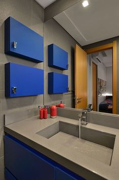 Nichos com porta. Decora pela cor diferente e esconde os produtos de beleza deixando o banheiro arrumado.