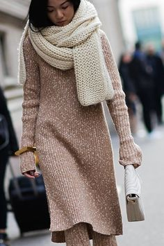 How to keep cool as well as stylish this year? We are going to tell you best outfits ideas to try. Check out our collection of amazing street style photos! Chunky Scarves, Knitted Scarves, Street Style 2016, Knit Fashion, Knit Dress, Sweater Dresses, Street Fashion, Fashion 2015, Fashion Black