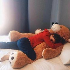 peluches géantes pour dormir bien dans votre lit cocooning Teddy Girl, Giant Teddy Bear, Cute Teddy Bears, Girl Photo Poses, Girl Photography Poses, Best Photo Poses, Couple With Baby, Cute Couple Art, Costco Bear