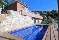 Villa indépendante parfaite près de la Méditerranée avec 3 chambres, 3 salles de bains, une salle de séjour chaleureuse et une cuisine complète. À l'extérieur se trouvent un jardin, une pelouse, une terrasse et une piscine privée.